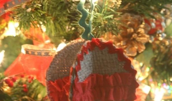 DIY Christmas Ornaments: Burlap Ornament Ball