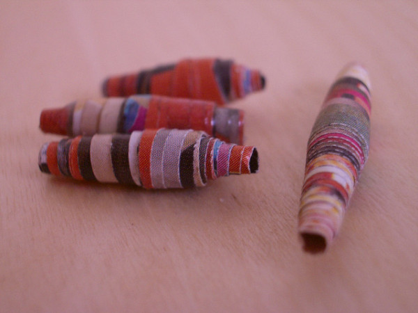 10 Wrapping Paper Crafts for After Christmas: Paper Beads