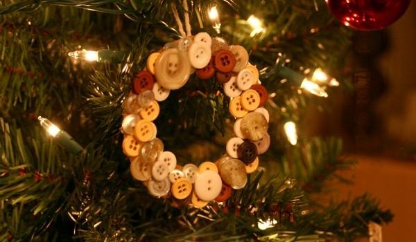 DIY Christmas Ornaments: Button Wreath