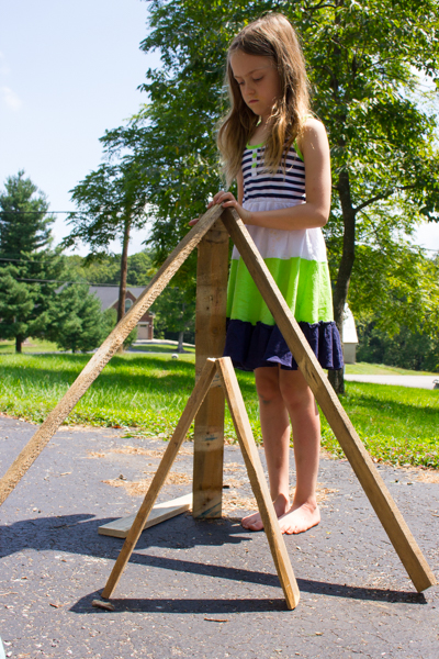 Make your kiddos a set of outdoor building blocks, using nothing more than the ubiquitous wooden pallet.