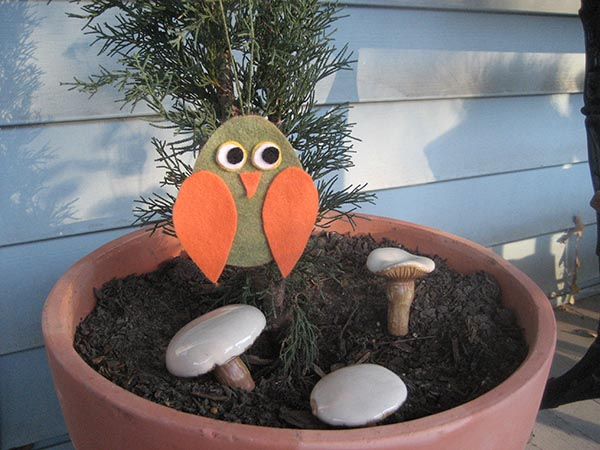 This cute little no-sew felt owl is a perfect way to take a break from the summer swelter.